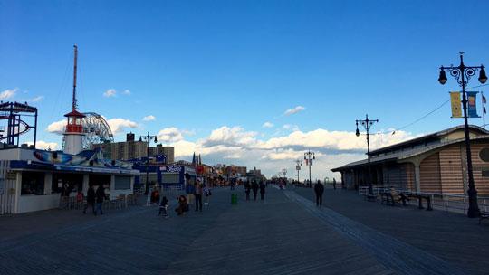 Der Boardwalk auf der Halbinsel Coney Island.