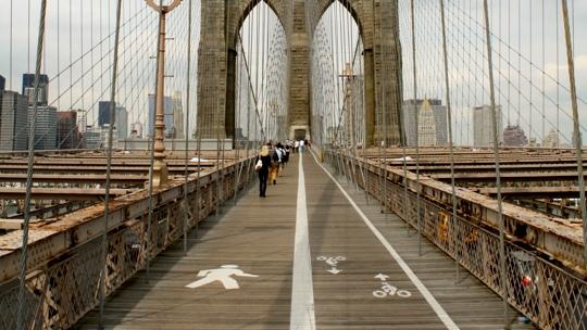 Zwei Spuren auf der Brücke. Für Fussgänger und Radfahrer.