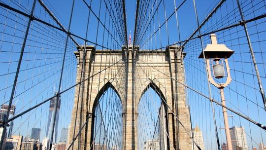 Blick auf einen der Pylonen der Brooklyn-Bridge.
