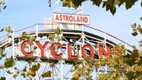 Die berühmte Achterbahn im Vergnügungspark von Coney Island.