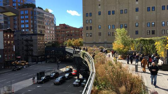 Schlängelt sich zwischen und unter den Häusern durch, der Highline Park.