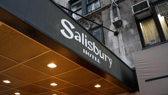 Gute Lage und die Zimmer sind auch in Ordnung. Aber teuer. Das Salisbury Hotel in der 57. Straße.