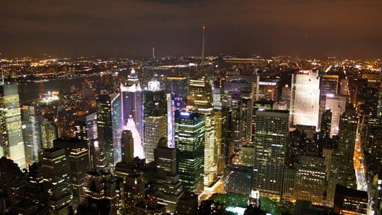 Die New Yorker Skyline bei Nacht.