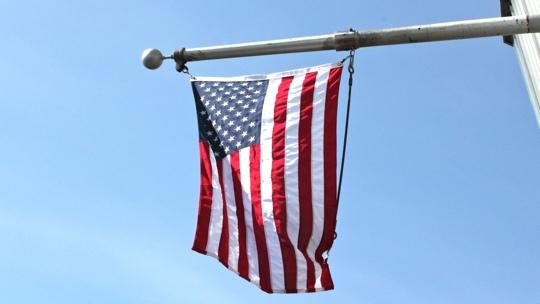 Die Flagge der USA weht am Empire State Building.